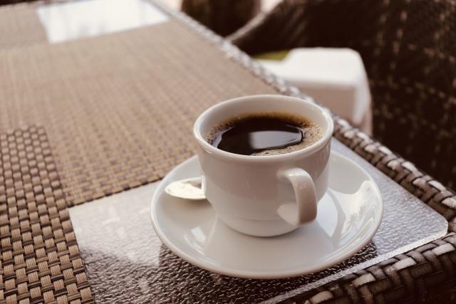テーブルにコーヒー