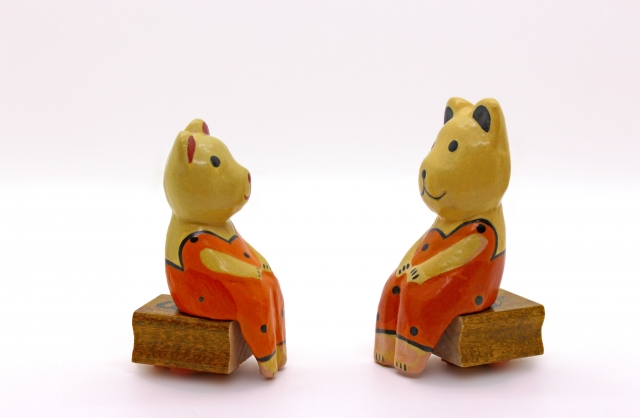 座って話ししている、木彫りの熊