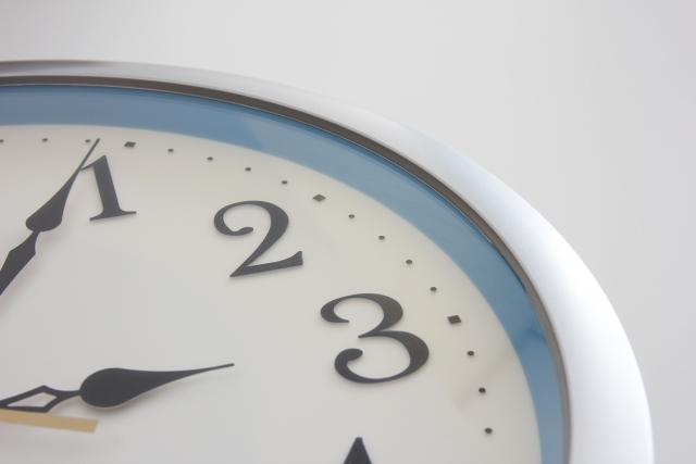 3時を指した時計