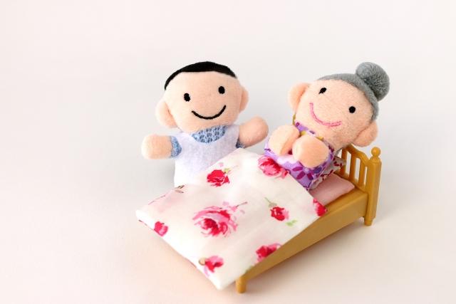 介護士と高齢女性のフェルト人形