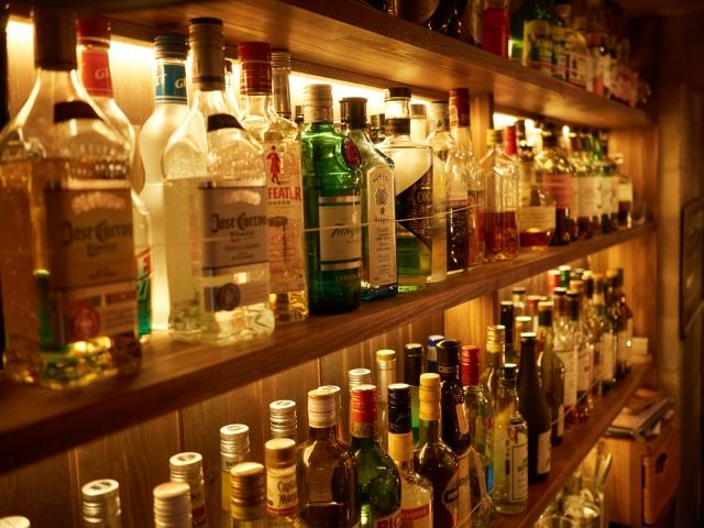 バーの棚にボトルが並んでいる