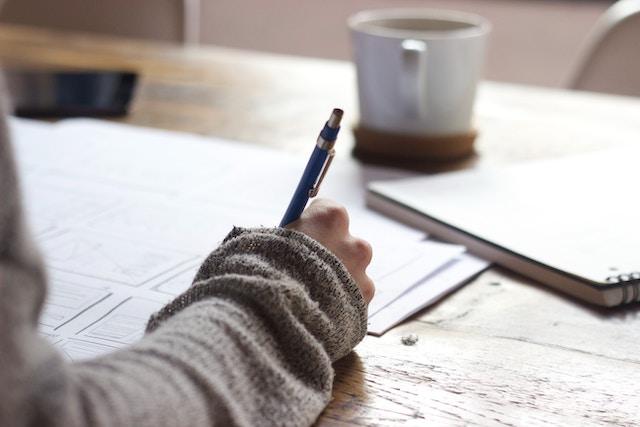 勉強する女性の手