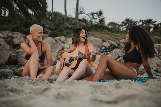 ビーチにいる女性3人