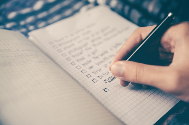 ノートにリストを書いている人
