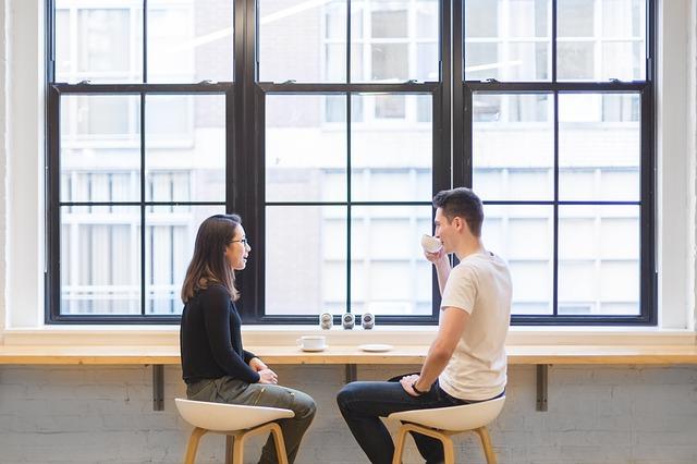 カフェで話す2人