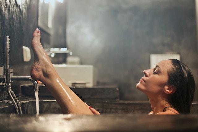 お風呂でマッサージする女性