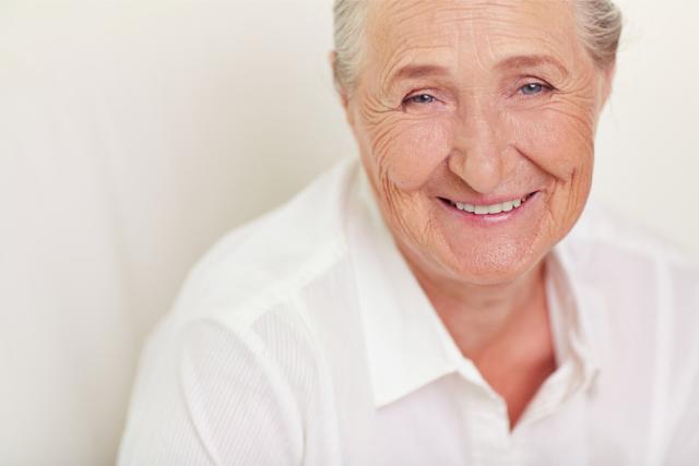 笑顔の高齢女性