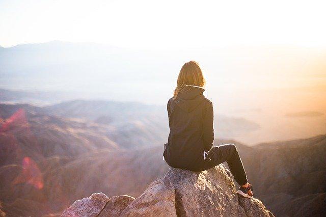 山で自由を満喫している女性