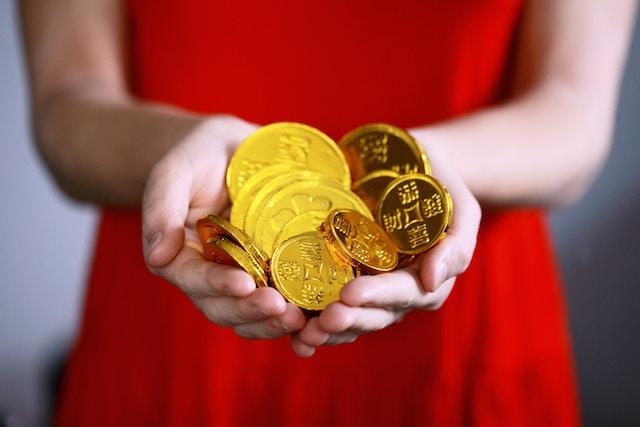金貨を持った女性