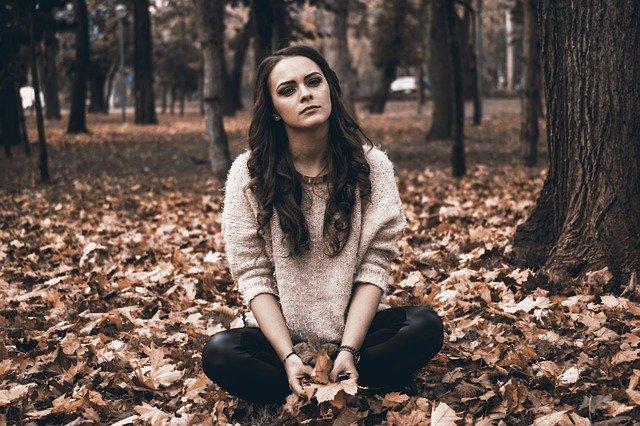 森の中で悩む女性
