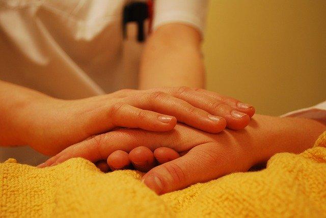 手を握る手