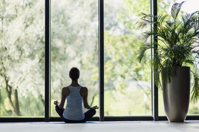 家で瞑想する女性