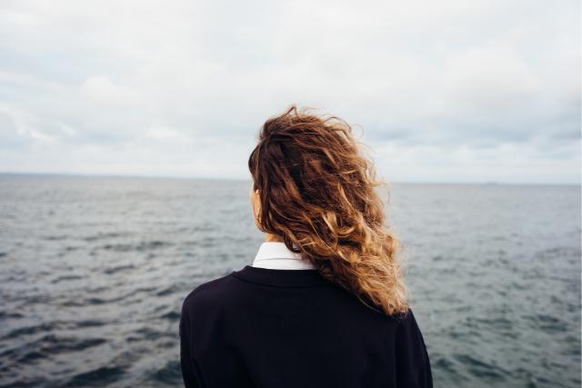 不安を抱える女性