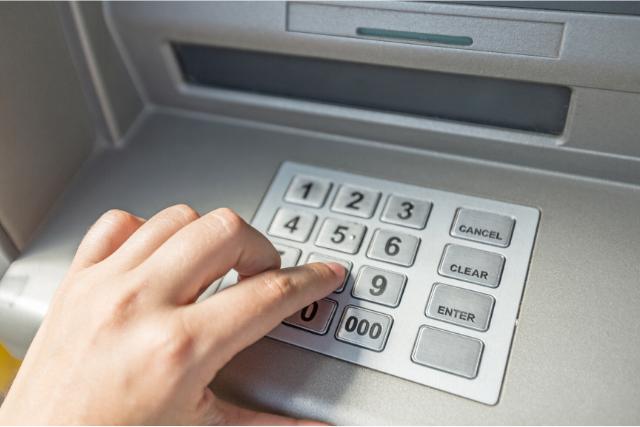 ATM利用している人