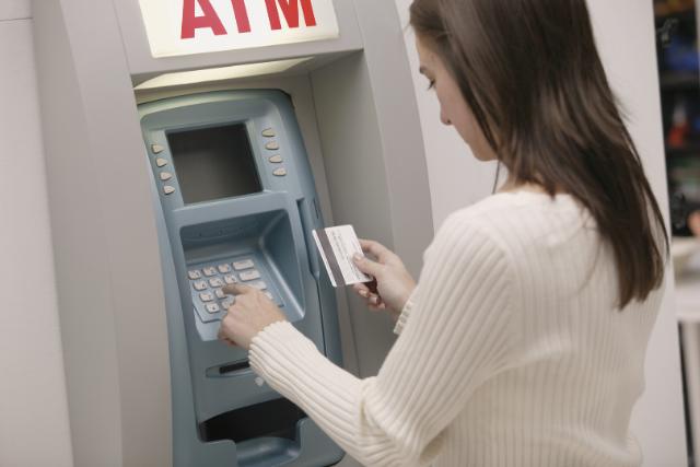 ATMを利用する女性