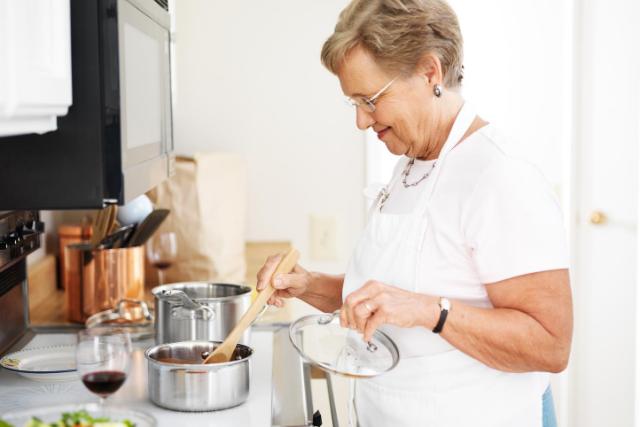 料理するおばあさん